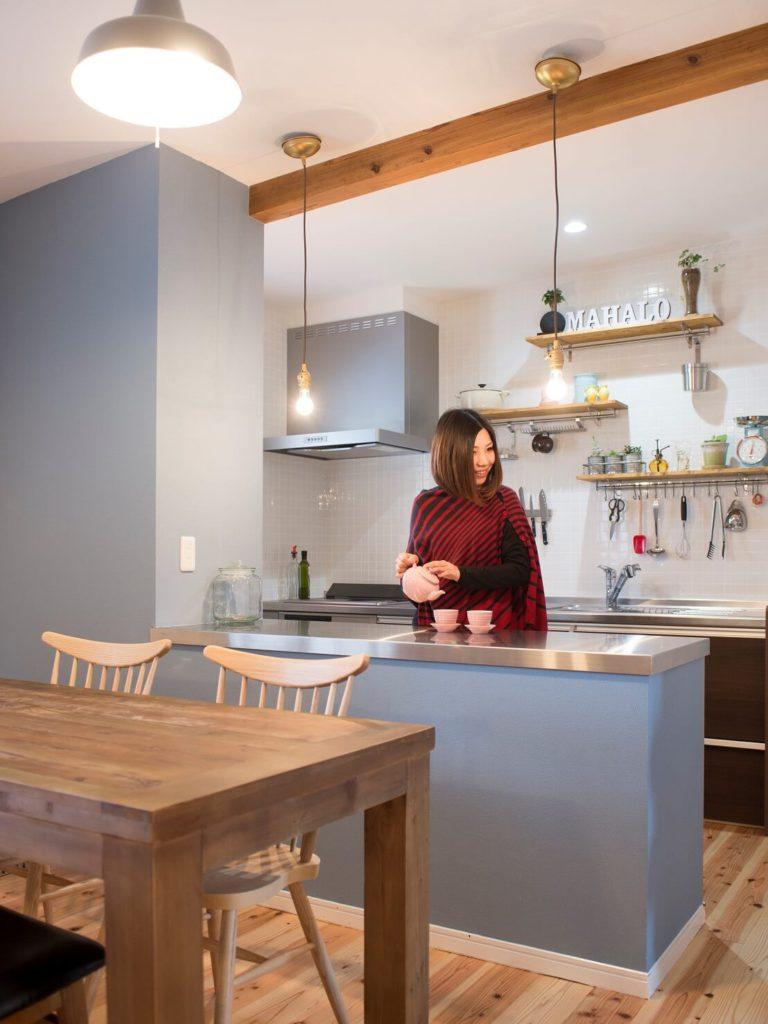 作業台を造作したキッチン