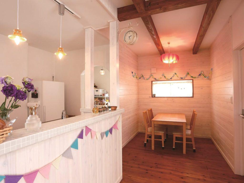 清潔感あふれるモザイクタイルがカフェのような可愛らしいキッチンダイニング