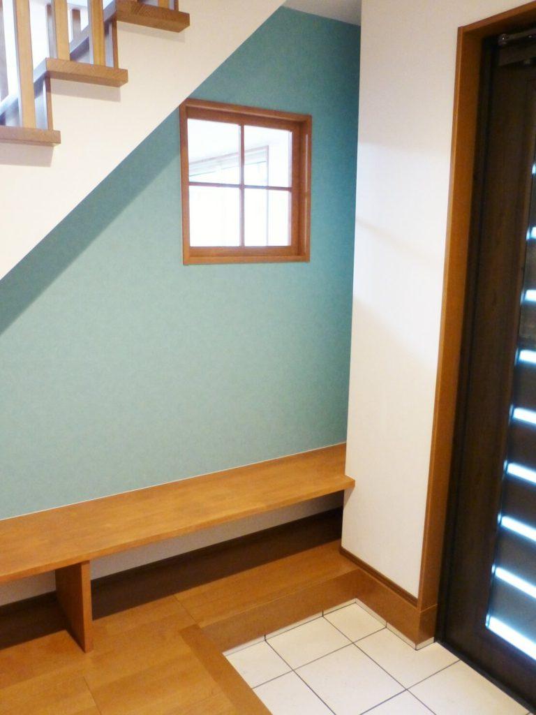 階段下を利用した玄関ベンチ