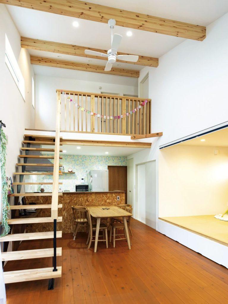 1階から2階へ続く大きな吹き抜け&勾配天井のLDK