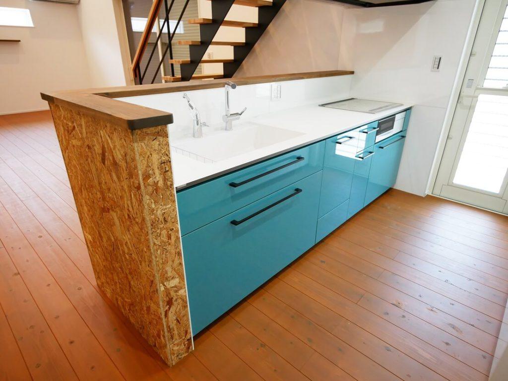 内装用のOSBボードで仕上げたキッチン