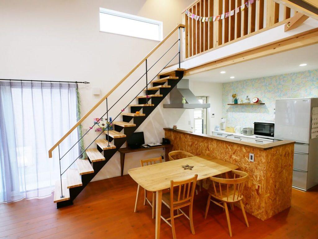 1階から2階へ続く大きな勾配天井のLDK