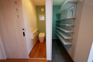 玄関収納とトイレ