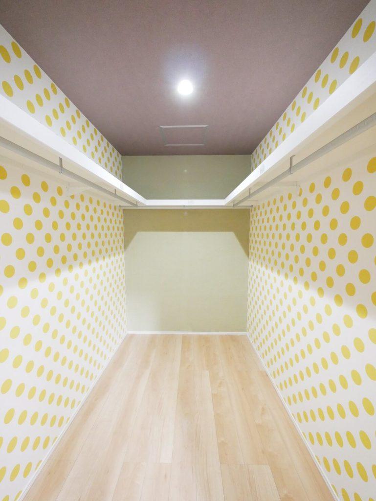 アクセントクロスが可愛い寝室収納