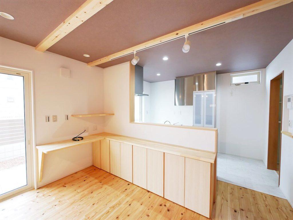 キッチン前の造作収納棚