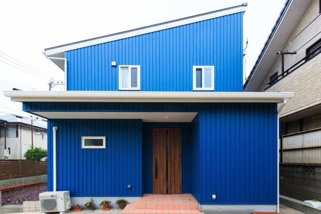 かわいい青ガルバの家