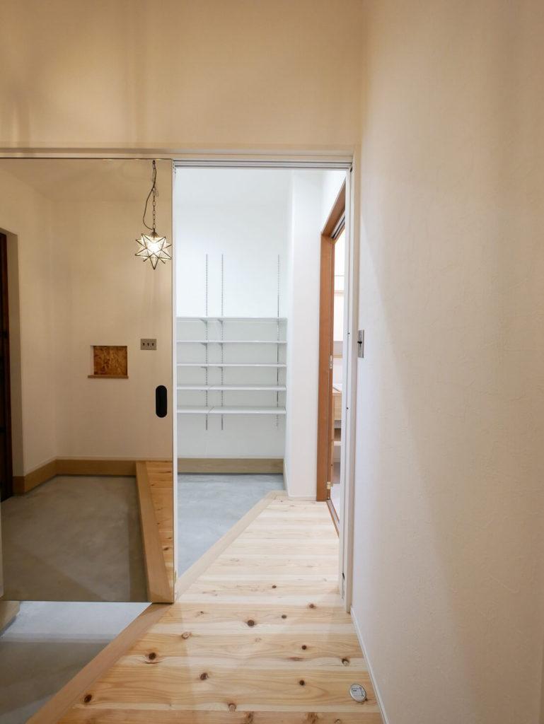 ホール側の引き戸は一面鏡張りにするアイディア◎