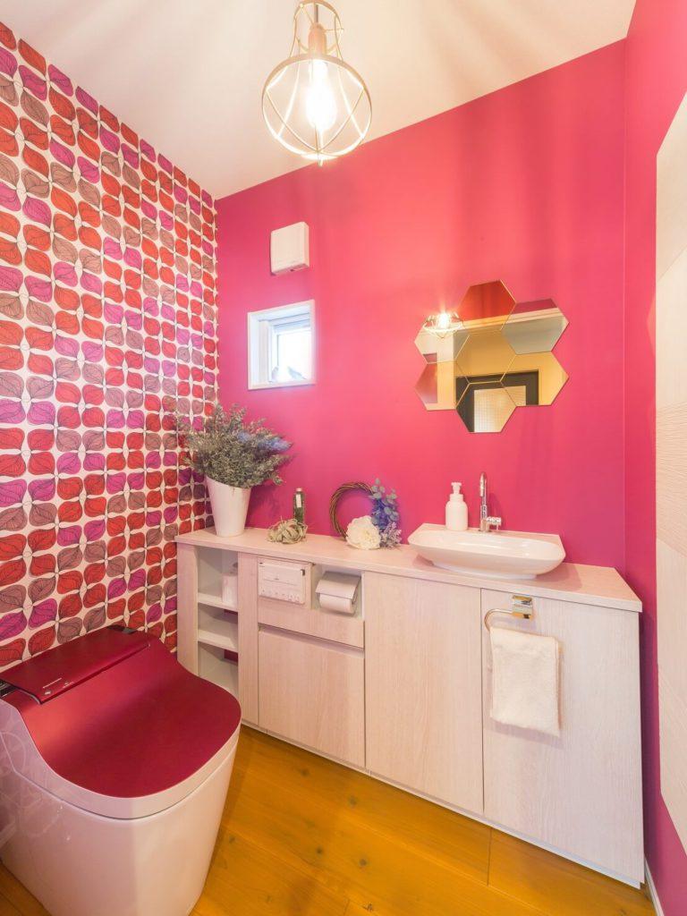 ビビットなクロスと六角形ミラーがお洒落なトイレ