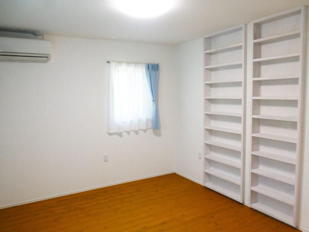 作り付けの本棚で広く使える子供部屋
