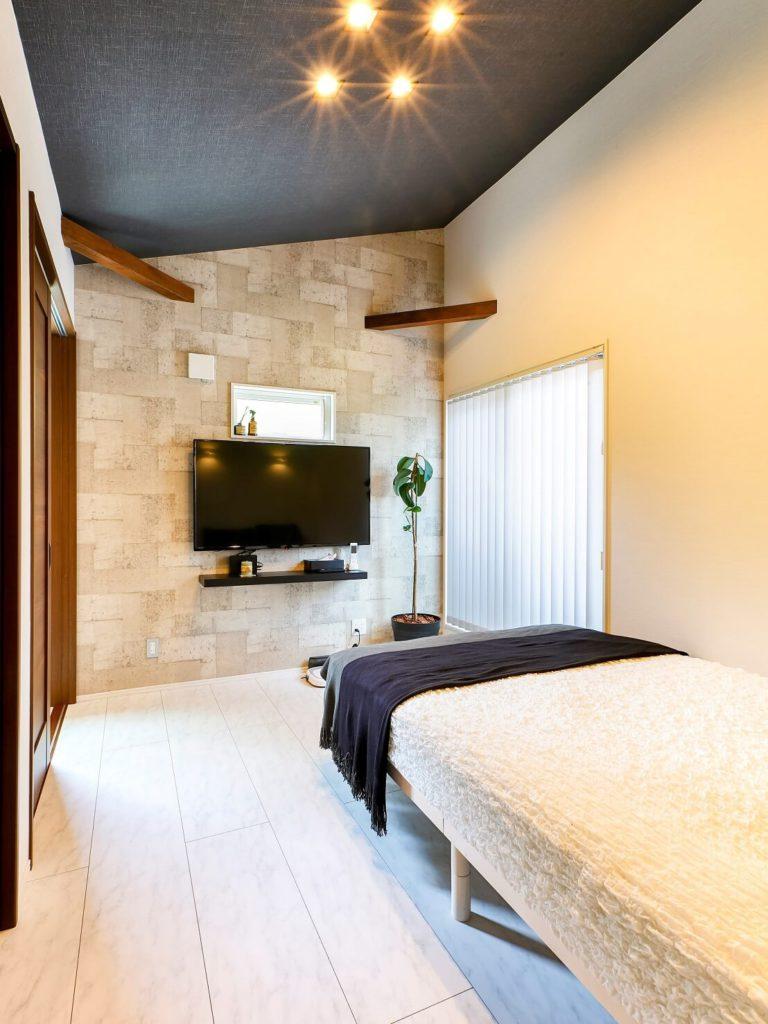 床のトーンを変えゴージャスな雰囲気に仕上がった寝室