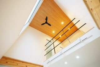 北九州工務店で建てた吹き抜けと2階ホールがつながった家