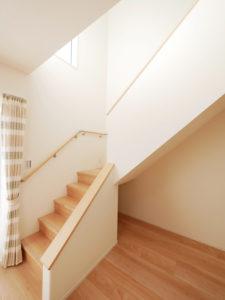 パントリー収納でスッキリ&家事楽なお家の階段