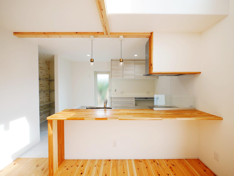 ウォークスルーのファミリークローゼットがあるお家のキッチン