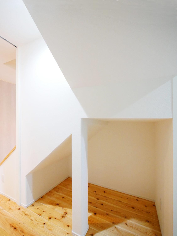 ウォークスルーのファミリークローゼットがあるお家の階段下収納