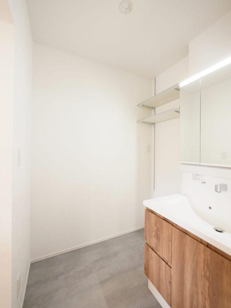室内窓のあるモノトーンナチュラルなお家の洗面室