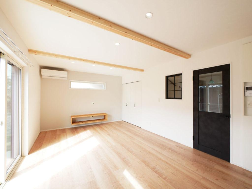 室内窓のあるモノトーンナチュラルなお家のリビング