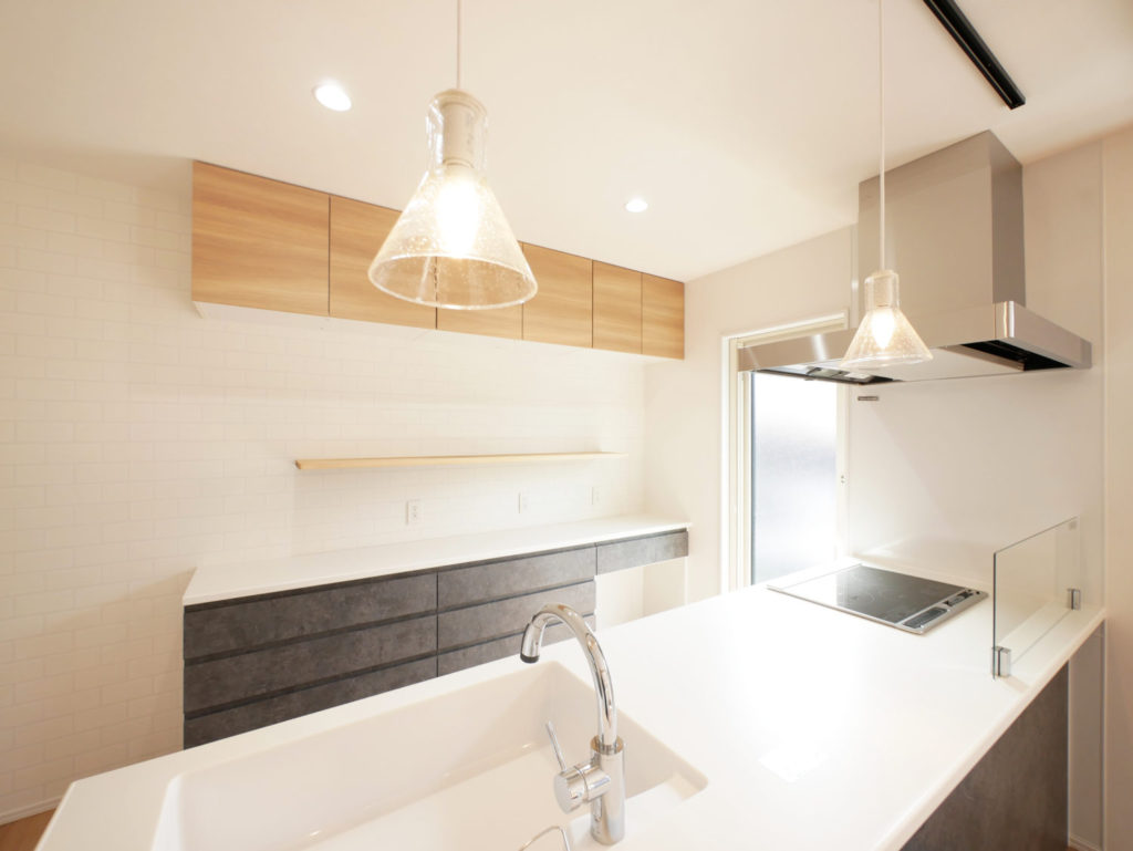 室内窓のあるモノトーンナチュラルなお家のキッチン
