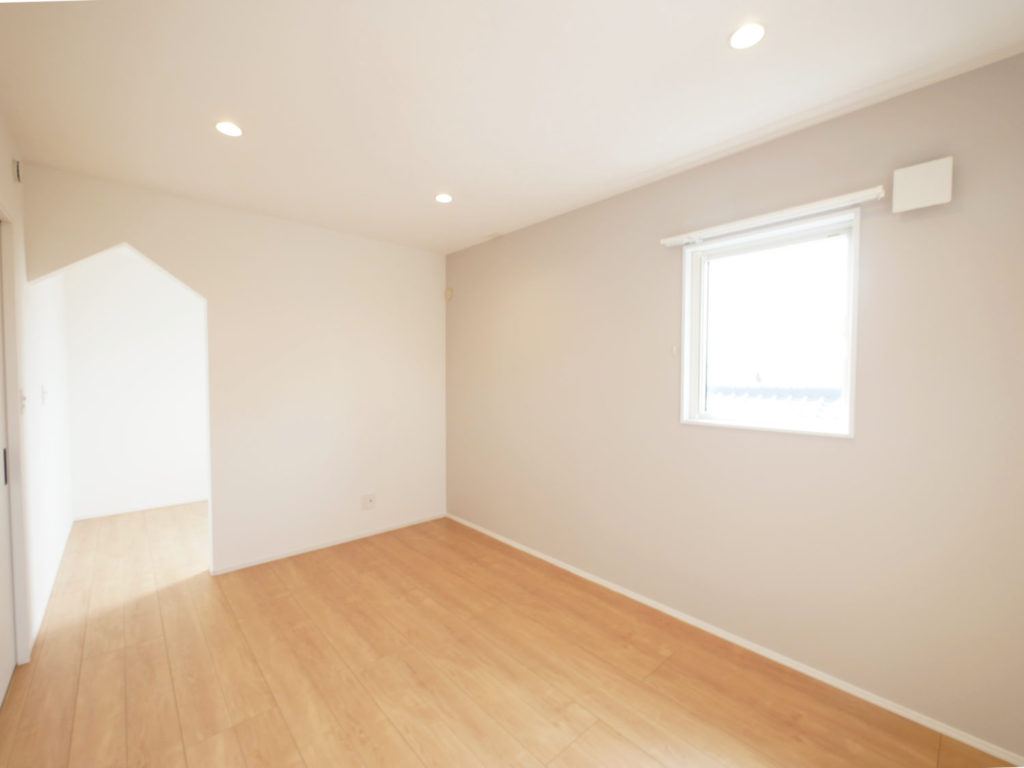 室内窓のあるモノトーンナチュラルなお家の寝室
