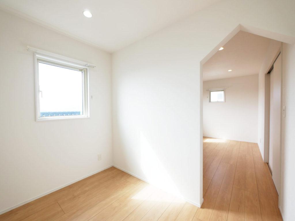 室内窓のあるモノトーンナチュラルなお家の寝室収納兼趣味部屋