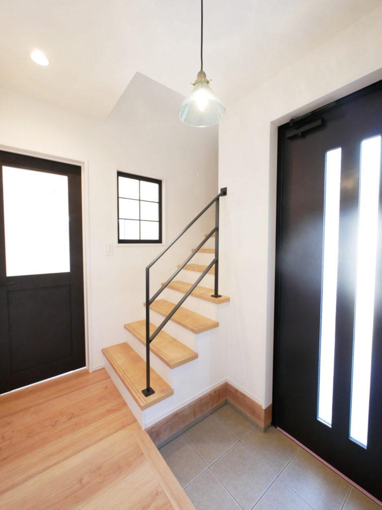 室内窓のあるモノトーンナチュラルなお家の玄関②
