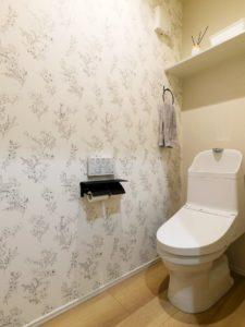 洗濯動線につながるファミリークローゼットがある家の1階トイレ