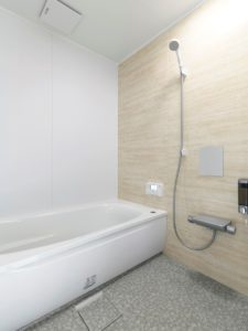洗濯動線につながるファミリークローゼットがある家の浴室
