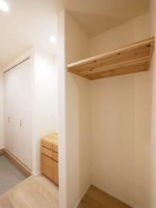 洗濯動線につながるファミリークローゼットがある家の玄関収納