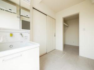 洗濯動線につながるファミリークローゼットがある家の洗面室