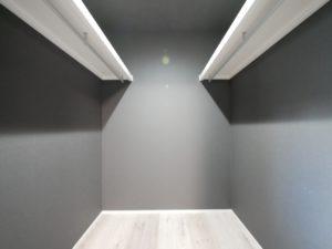 北九州市小倉南区「狭小地に建つ適所収納が光る家」の寝室クローゼット