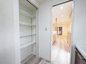 北九州市小倉南区「狭小地に建つ適所収納が光る家」の洗面室収納
