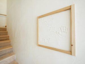 無垢床としっくい塗りで仕上げた自然素材の家階段壁の記念の手形