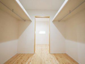 無垢床としっくい塗りで仕上げた自然素材の家の寝室クローゼット