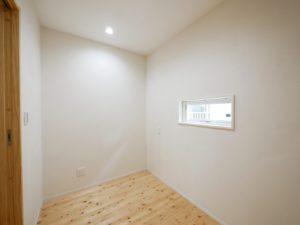 無垢床としっくい塗りで仕上げた自然素材の家の書斎
