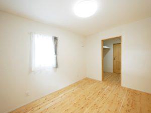 無垢床としっくい塗りで仕上げた自然素材の家の寝室