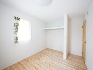 無垢床としっくい塗りで仕上げた自然素材の家の子ども部屋