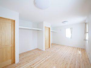 無垢床としっくい塗りで仕上げた自然素材の家の可変可能な子ども部屋