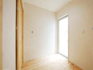 無垢床としっくい塗りで仕上げた自然素材の家のランドリールーム