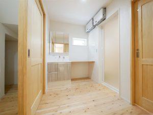 無垢床としっくい塗りで仕上げた自然素材の家の洗面室
