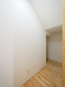 無垢床としっくい塗りで仕上げた自然素材の家の階段下収納