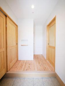 無垢床としっくい塗りで仕上げた自然素材の家の玄関