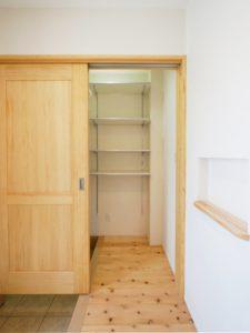 無垢床としっくい塗りで仕上げた自然素材の家の玄関2