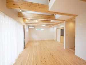 無垢床としっくい塗りで仕上げた自然素材の家のリビング