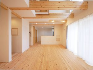 無垢床としっくい塗りで仕上げた自然素材の家のリビング2
