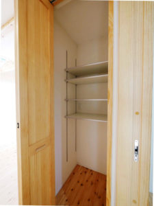 無垢床としっくい塗りで仕上げた自然素材の家の物入れ