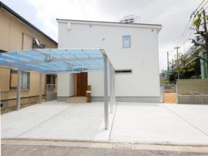 無垢床としっくい塗りで仕上げた自然素材の家の外観