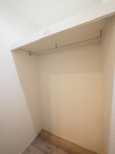 北九州市小倉南区「狭小地に建つ適所収納が光る家」の玄関ホール収納